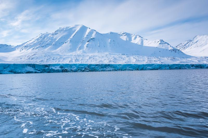 Krajobrazowa lodowa natura lodowiec góry Spitsbergen Longyearbyen Svalbard arktycznego oceanu zimy dnia zmierzchu biegunowy niebo obrazy royalty free