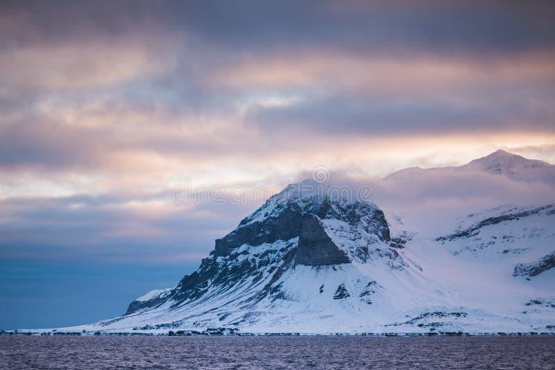 Krajobrazowa natura góry Spitsbergen Longyearbyen Svalbard arktycznego oceanu zimy dnia biegunowy zmierzch fotografia stock