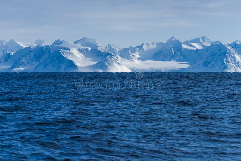 Krajobrazowa natura góry Spitsbergen Longyearbyen Svalbard arktycznego oceanu zimy dnia biegunowy zmierzch obraz royalty free