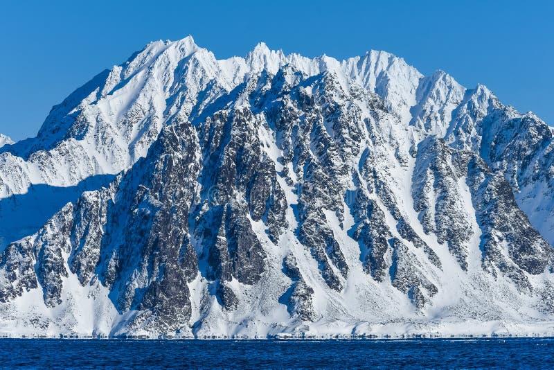 Krajobrazowa natura góry Spitsbergen Longyearbyen Svalbard arktycznego oceanu zimy dnia biegunowy zmierzch zdjęcia royalty free