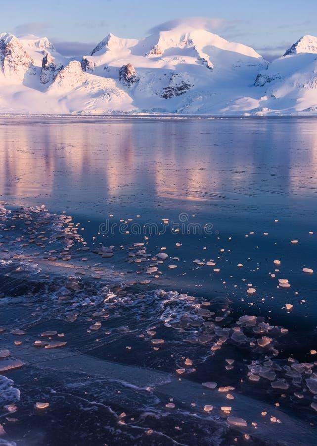 Krajobrazowa natura góry Spitsbergen Longyearbyen Svalbard arktycznego oceanu zimy dnia biegunowy zmierzch obrazy stock