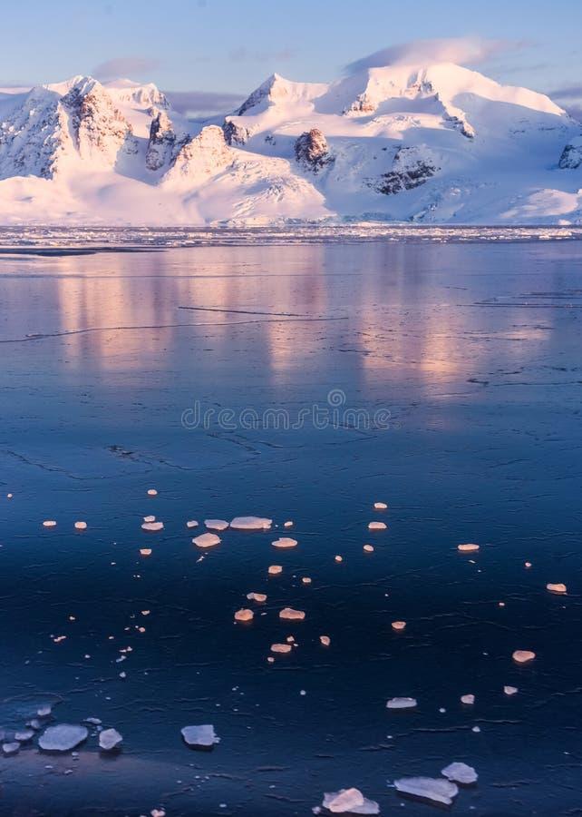 Krajobrazowa natura góry Spitsbergen Longyearbyen Svalbard arktycznego oceanu zimy dnia biegunowy zmierzch zdjęcie royalty free