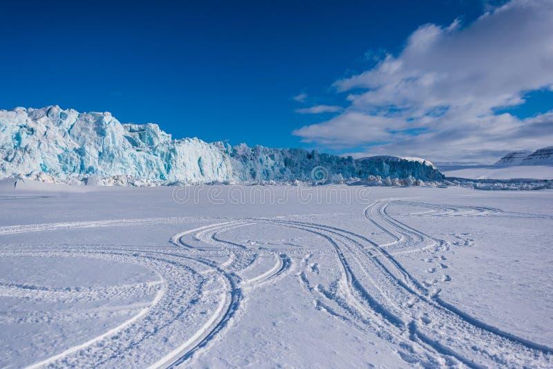 Krajobrazowa natura lodowiec góra Spitsbergen Longyearbyen Svalbard arktycznej zimy światła słonecznego biegunowy dzień zdjęcia royalty free