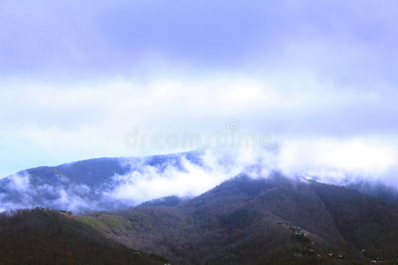 Krajobrazowa natury fotografia Great Smoky Mountains w wczesnym poranku z Ciężką mgłą fotografia stock