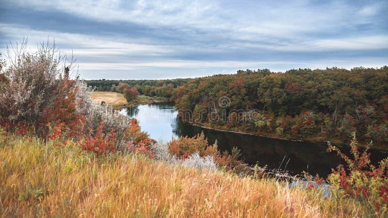 Krajobrazowa rzeka, niebo, lasowa piękna natura, czyste powietrze zdjęcie royalty free