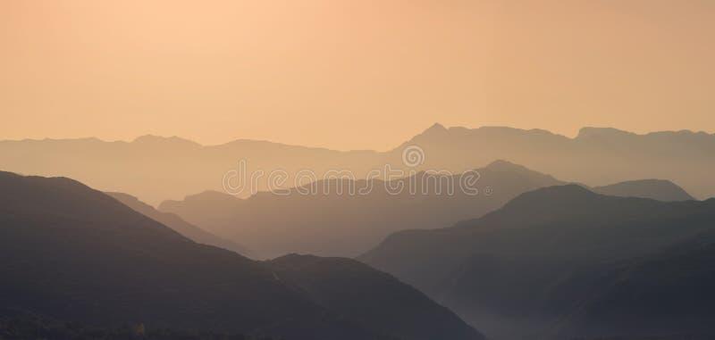 Krajobrazowa sylwetka góry przy zmierzchem Panorama szczyty halni w Grecja zdjęcie stock
