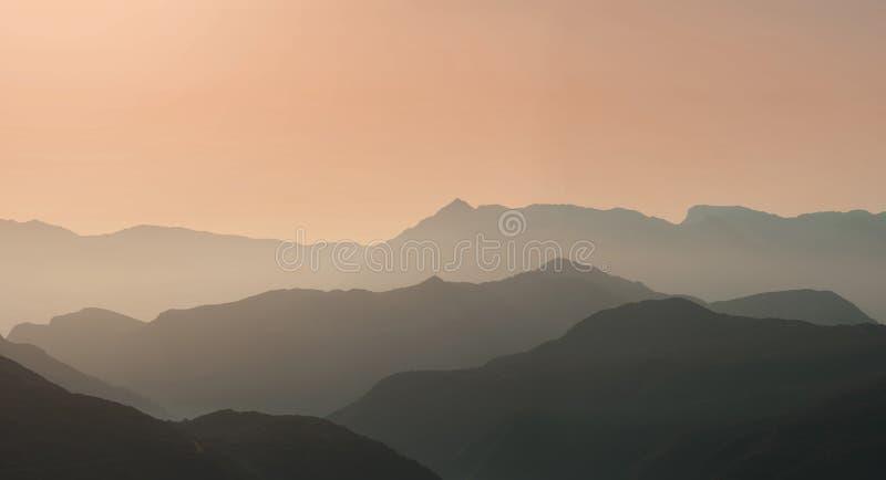 Krajobrazowa sylwetka góry przy zmierzchem Panorama szczyty halni w Grecja zdjęcia royalty free