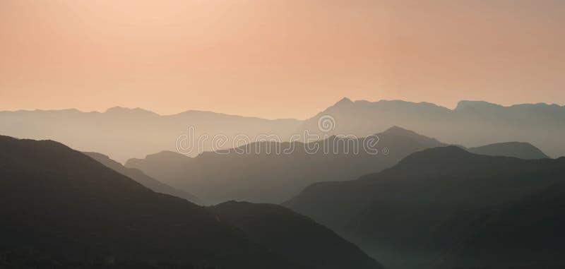 Krajobrazowa sylwetka góry przy zmierzchem Panorama szczyty halni w Grecja obraz stock
