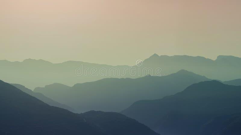 Krajobrazowa sylwetka góry przy zmierzchem Panorama szczyty halni w Grecja fotografia stock