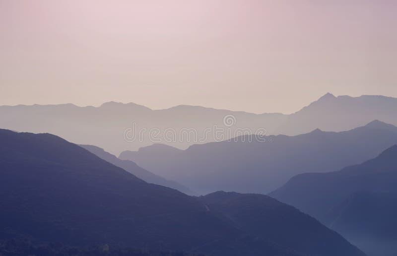 Krajobrazowa sylwetka góry przy zmierzchem Panorama szczyty halni w Grecja zdjęcia stock
