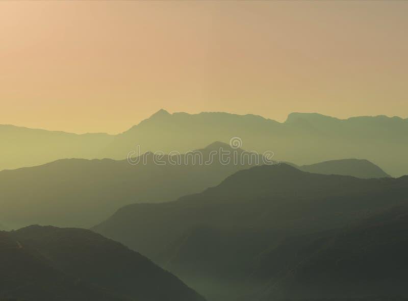 Krajobrazowa sylwetka góry przy zmierzchem Panorama szczyty halni w Grecja zdjęcie royalty free