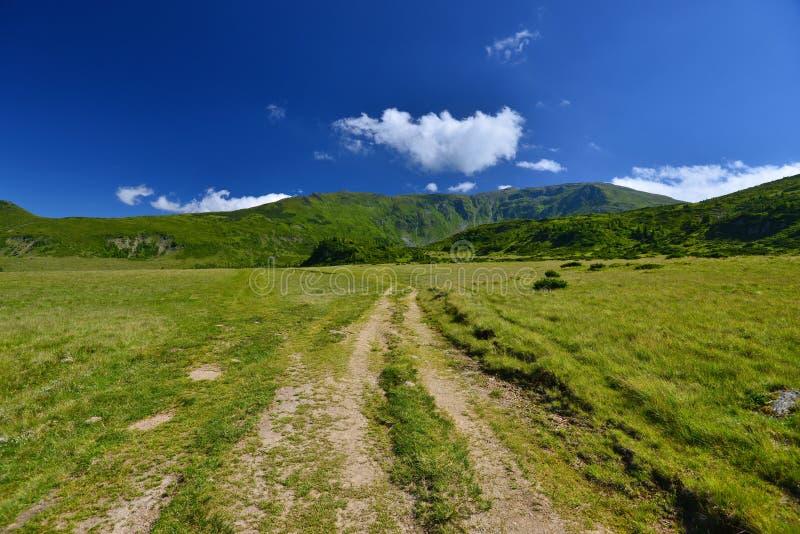 Krajobrazowa wiejska droga i góry w Rodnei górach obraz stock