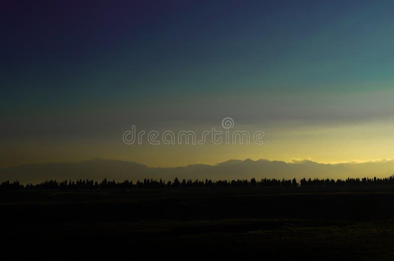 Krajobrazowy obrazek drewna i góry w plecy zdjęcia royalty free