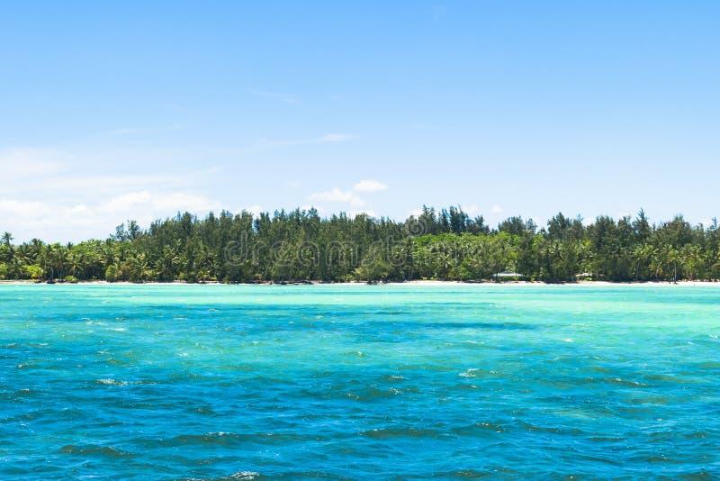 krajobrazowy oceaniczny błękitna aqua woda z tropikalnym wyspy tłem fotografia stock