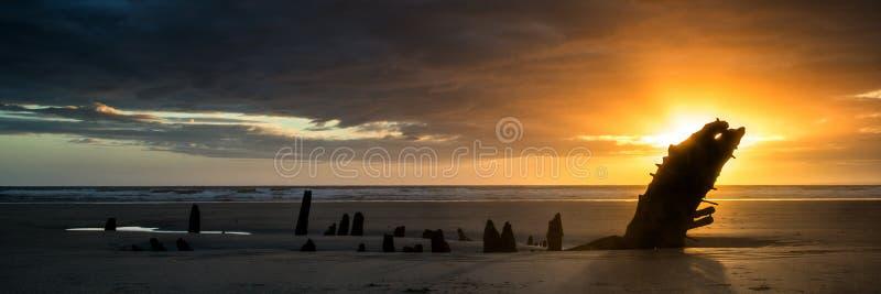 Krajobrazowy panorama statku wrak na Rhosilli zatoki plaży w Walia przy zdjęcie stock