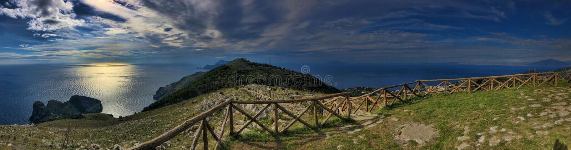 Krajobrazowy Punta Campanella, końcówka półwysepu Amalfi wybrzeże Włochy fotografia stock