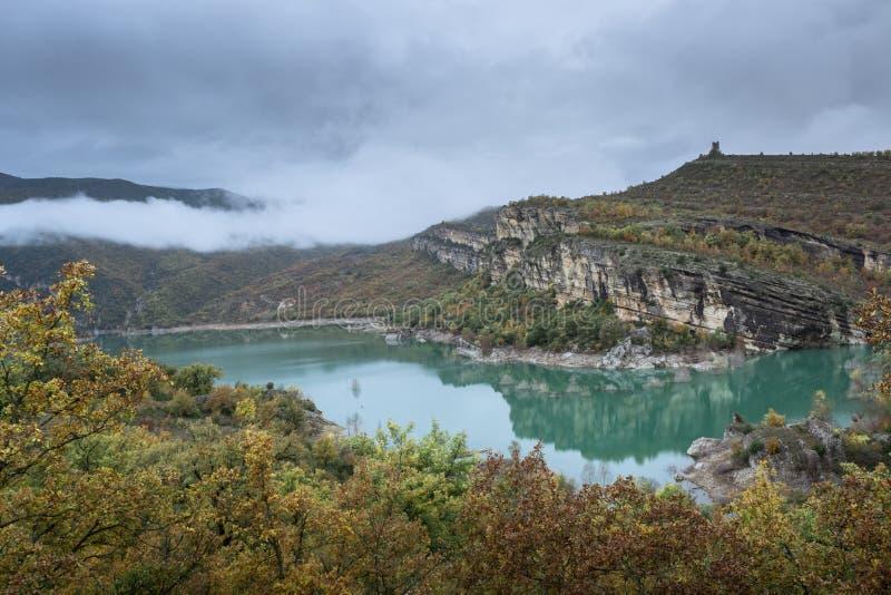 Krajobrazowy veiw z wzgórzami, rzeką i chmurami, wokoło zdjęcia royalty free