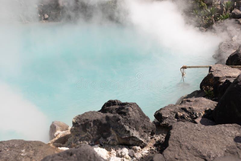 Krajobrazowy widok błękitne gorące wiosny skała przy Japonia i zdjęcie stock