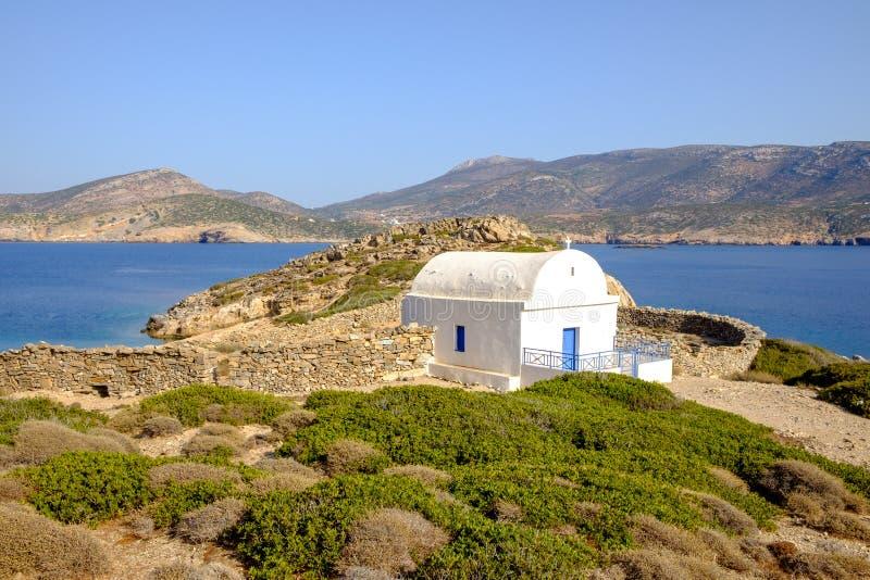 Krajobrazowy widok biała kaplica przy piękną ocean linią brzegową, Gre zdjęcie royalty free