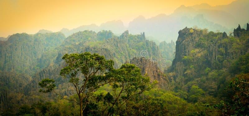 Krajobrazowy widok górski w Khammoun Laos zdjęcia stock