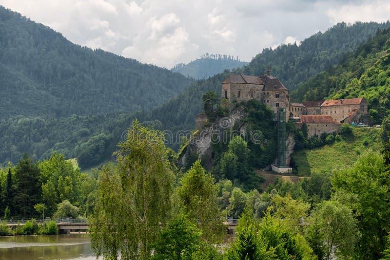 Krajobrazowy widok grodowy Burg Rabenstein nad Mur rzeczną doliną, Styria, Austria obraz royalty free