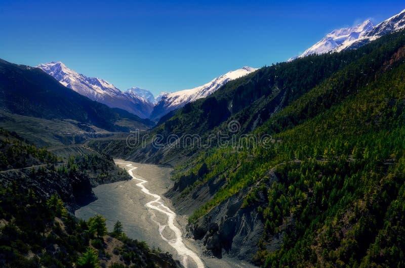 Krajobrazowy widok halna dolina i rzeka w himalajach, Annapurna region, Nepal obraz stock