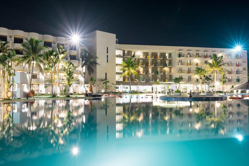 Krajobrazowy widok Hotelowy kurort podczas nocy z wolnej żaluzji dopłynięcia gładką wodą i ładnymi gwiaździstymi światłami zdjęcia royalty free