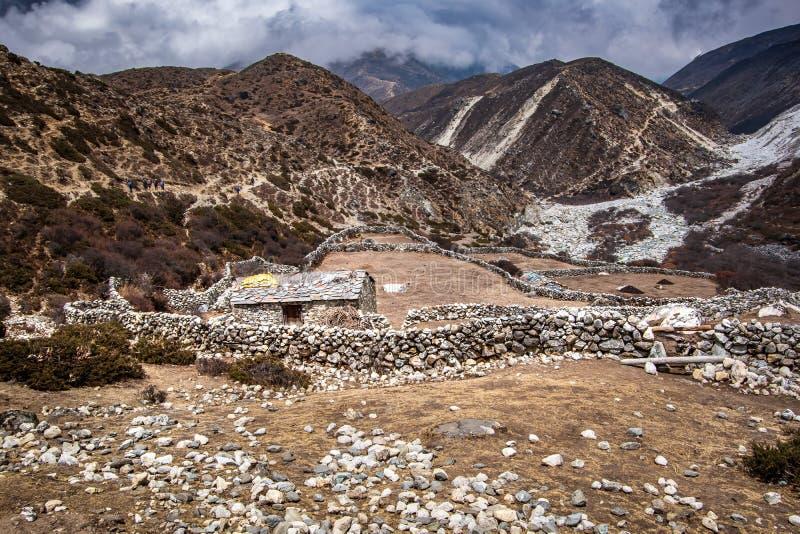 Krajobrazowy widok kamienny dom w wysokich górach fotografia royalty free