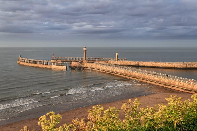 Krajobrazowy widok latarnia morska w Whitby i molo obrazy stock