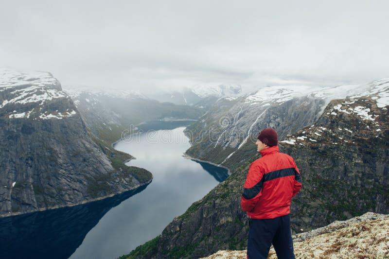 Krajobrazowy widok letni dzień z turystą w górach fotografia stock