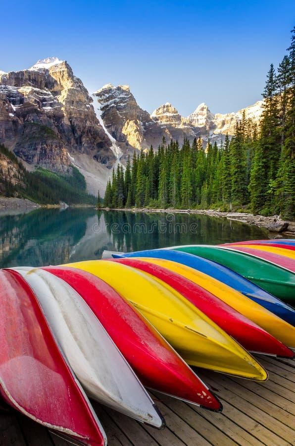 Krajobrazowy widok Morena jezioro z kolorowymi łodziami, Skalisty Mounta fotografia royalty free