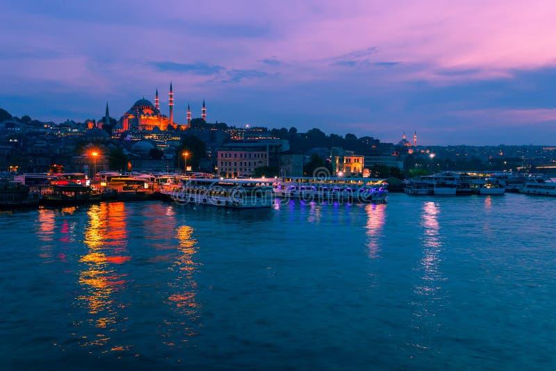 Krajobrazowy widok nocy miasto blisko Galata most, Istanbuł, Turcja Panoramiczny seaview na Złotej róg zatoce w błękitnej godzini obraz stock