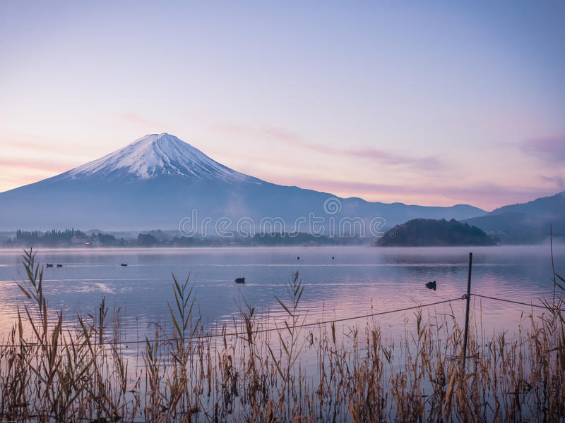 Krajobrazowy widok od Kawaguchi jeziora z ruch plamą od grupy o zdjęcia stock