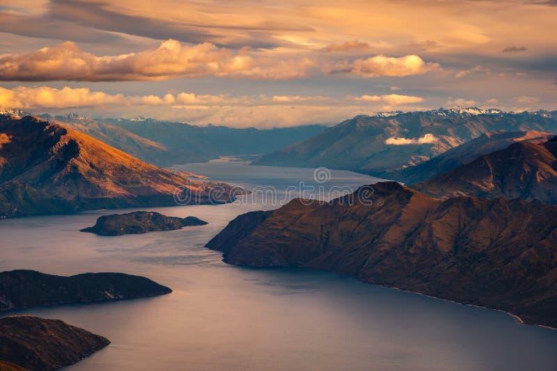 Krajobrazowy widok pasmo górskie i jezioro przy wschodem słońca, Wanaka jezioro, NZ fotografia stock