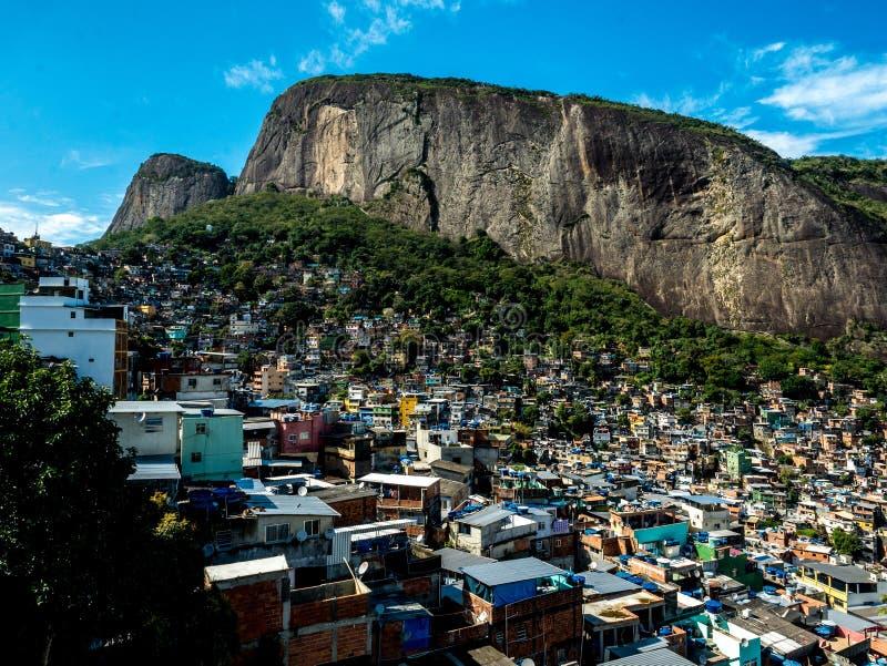 Krajobrazowy widok sławny rocinha favela pod skałą w Rio De Janeiro, Brazylia zdjęcie royalty free