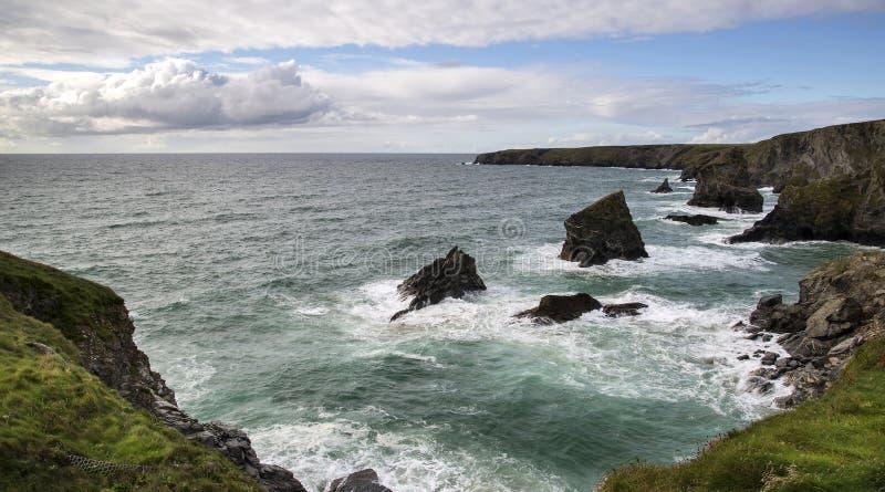 Krajobrazowy wizerunek Bedruthan kroki, sławne skał sterty w Cornwa zdjęcia stock