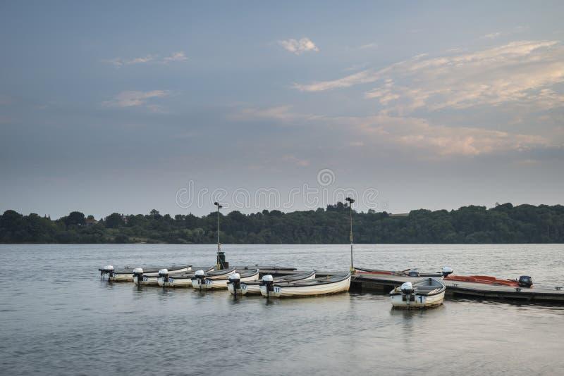 Krajobrazowy wizerunek przy zmierzchem czas wolny łodzie cumował na jetty w losie angeles obraz stock
