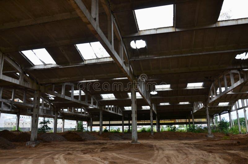 Krajobrazowy wizerunek zaniechany przemysłowy hangar z uszkadzającym dachem Fotografia na szerokim kącie len obraz royalty free