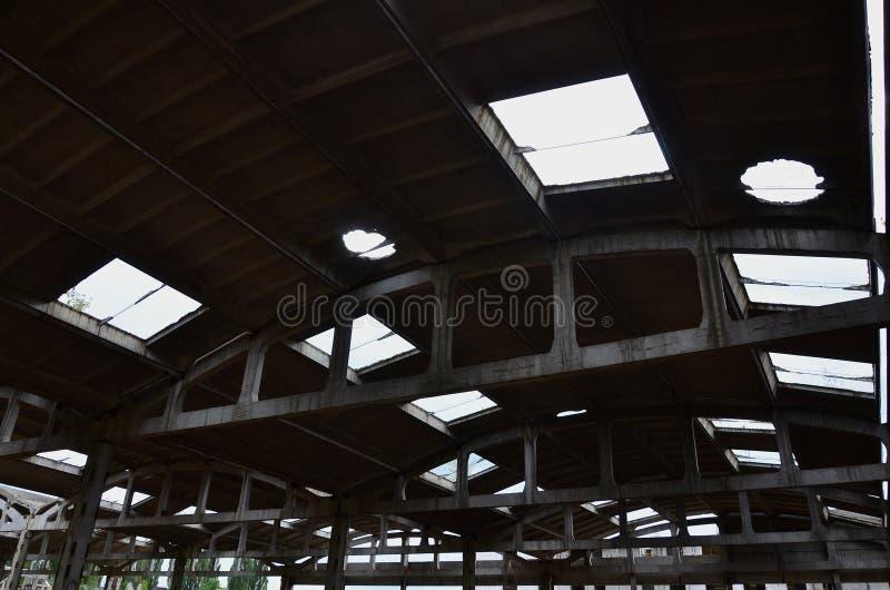 Krajobrazowy wizerunek zaniechany przemysłowy hangar z uszkadzającym dachem Fotografia na szerokim kącie len zdjęcie royalty free