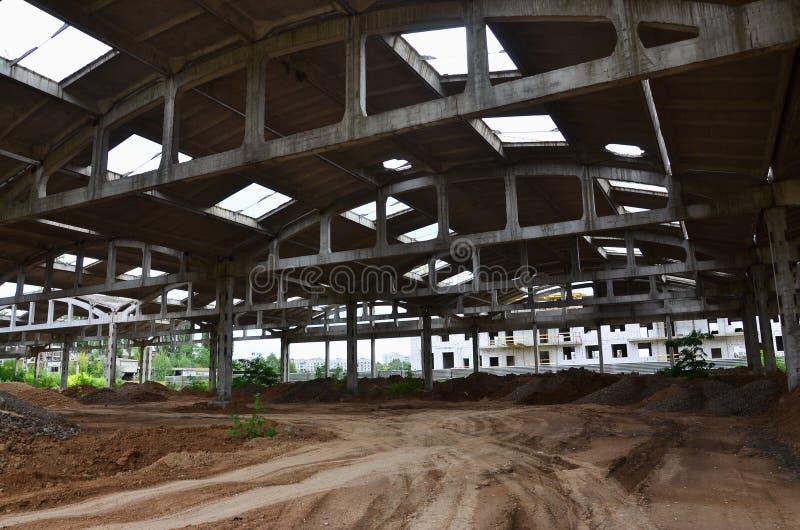 Krajobrazowy wizerunek zaniechany przemysłowy hangar z uszkadzającym dachem Fotografia na szerokim kącie len zdjęcia stock
