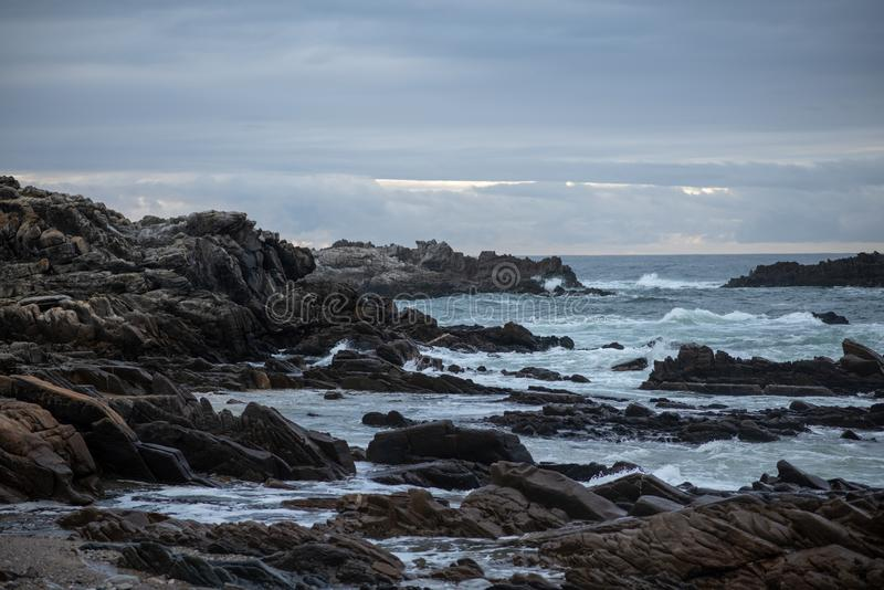 Krajobrazu strzał fale uderza skalistego seashore obrazy royalty free