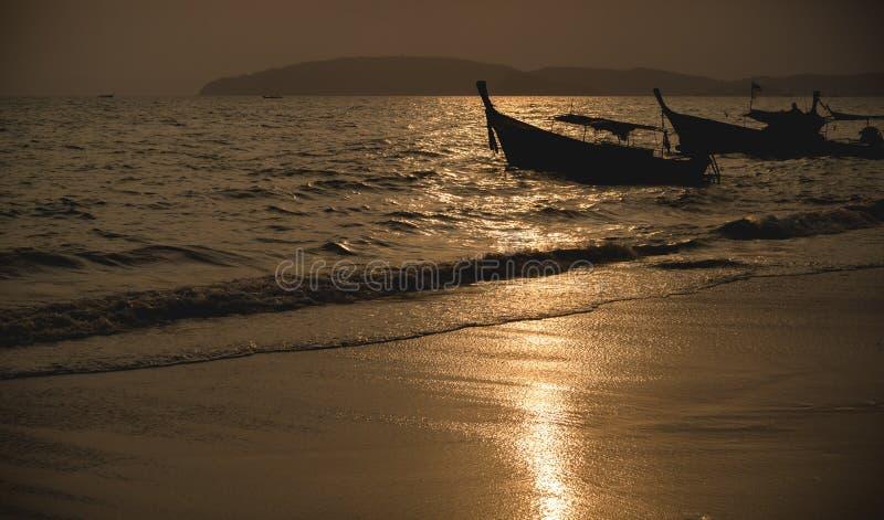 Krajowa rybak łódź w Tajlandia w morzu przy zmierzchem fotografia stock