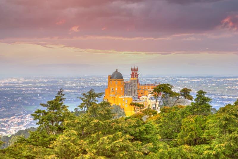 Krajowy pałac Pena przy zmierzchem - Sintra, Lisboa, Portugalia zdjęcia royalty free