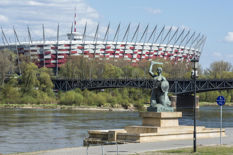 Krajowy stadium i statua syrenka w Warszawa, Polska obrazy stock