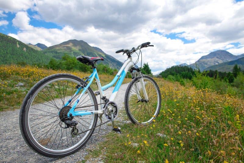 Krajoznawczy rower zatrzymuje na drodze gruntowej w górach zdjęcie stock