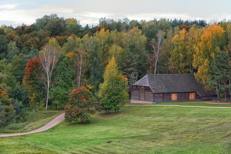 Kraju domostwa jesieni krajobraz Rumsiskes Lithuania zdjęcia royalty free