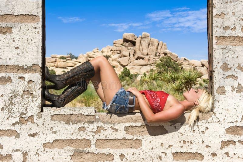 kraju dziewczyny odpoczynkowy parapetu okno obraz royalty free