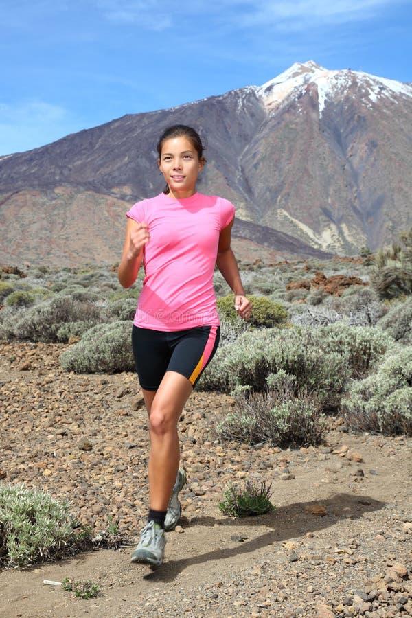 kraju przecinająca biegacza bieg śladu kobieta zdjęcie royalty free