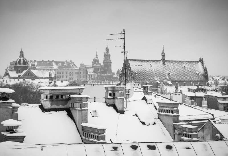 Kraków en el tiempo de la Navidad, opinión aérea sobre los tejados nevosos en la parte central de la ciudad Castillo de Wawel y l imágenes de archivo libres de regalías