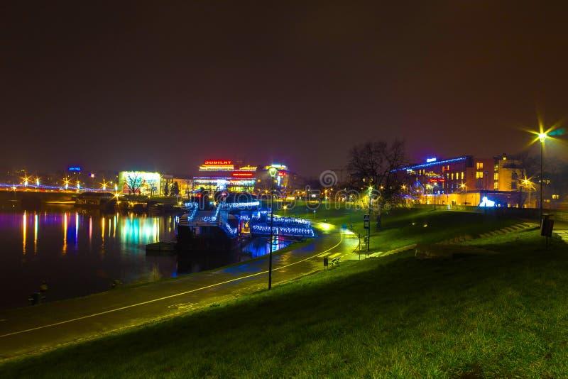 Kraków, Polonia - 29 de diciembre de 2017: Camine en una tarde lluviosa en el terraplén pintoresco viejo de la ciudad famosa de fotografía de archivo libre de regalías